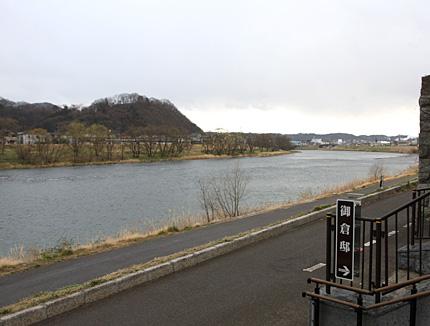 隈畔から川上を眺める