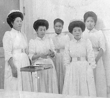 高橋ミネさん(右から2番目)