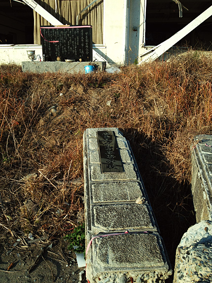 高田高校門柱と阿久悠詩碑