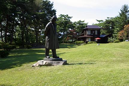 宮澤賢治立像と羅須地人協会の建物