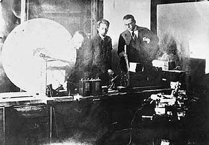 1924年初期にテレビジョンの実験をするベアード