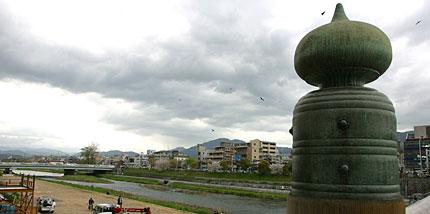 三条大橋から比叡山を望む