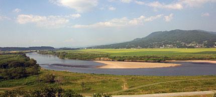 束稲山と北上川