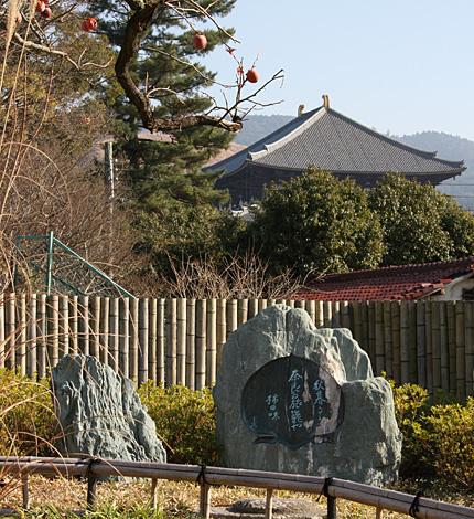 子規句碑と大仏殿、対山楼時代からの柿