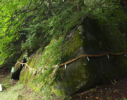 丹内山神社「胎内石」