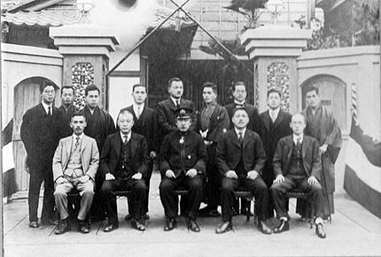 伊藤正氏・前列左端