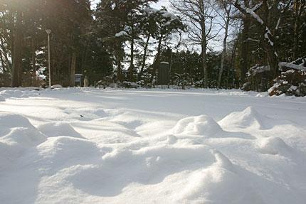 雪の向こうに立つ賢治詩碑